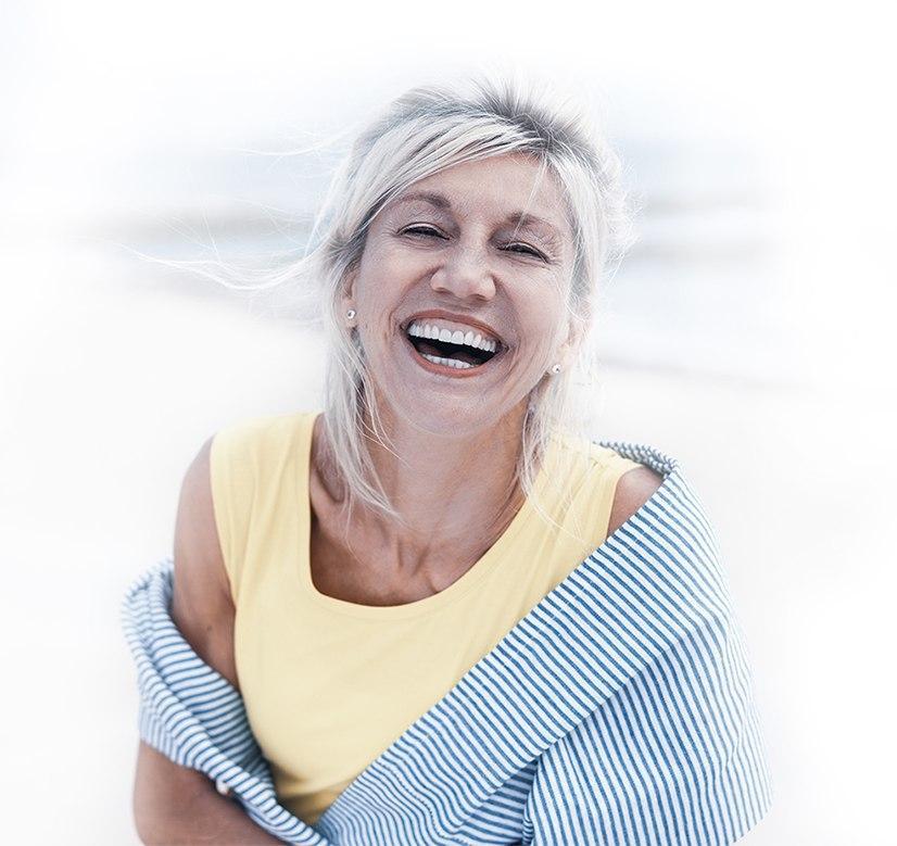 Starsza kobieta proteza